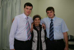 Прасковья Лосевская с внуками Романом и Иваном